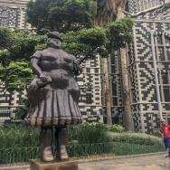 Mujer vestida, Plaza Botero