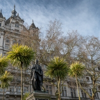 How many statues in London?